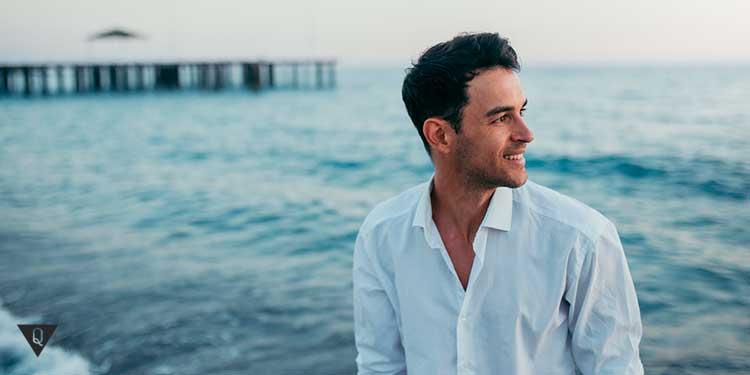 Радостный мужчина на берегу моря