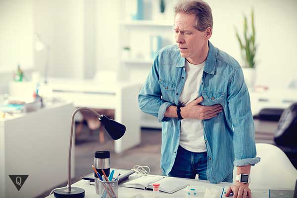 Мужчину в офисе беспокоит больное сердце