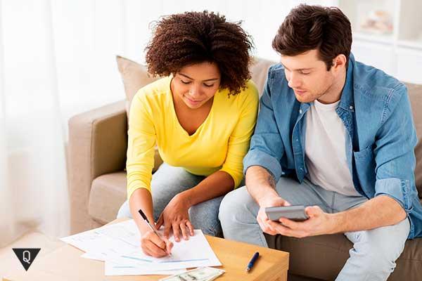 Парень с девушкой ведут семейный бюджет