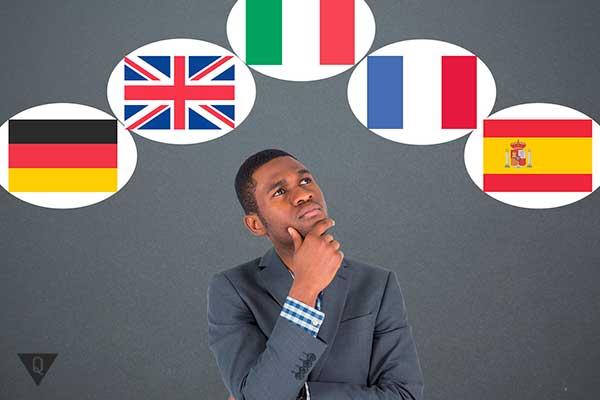 Мужчина думает над флагами разных стран