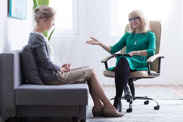 Женщина консультируется у специалиста