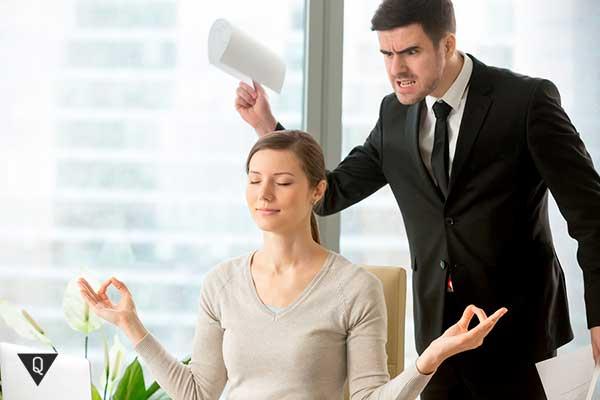 женщина медитирует перед злым боссом