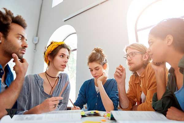 Группа молодых ученых что то обсуждают