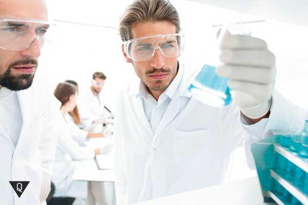 Ученые изучают раствор в колбе