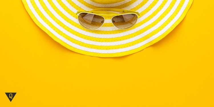 Желтая шляпа и очки на желтом фоне