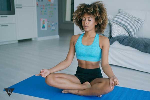 Темнокожая девушка медитирует