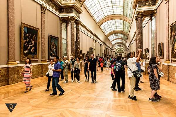 Туристы в музее