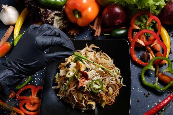 Овощи и вермишель на черном фоне