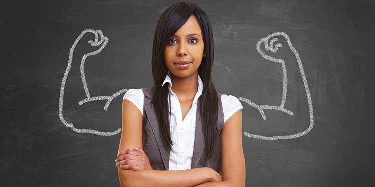 Женщина, которой нарисованы сзади руки на доске, как символ того, что она сильная и обладает чувством собственного достоинства