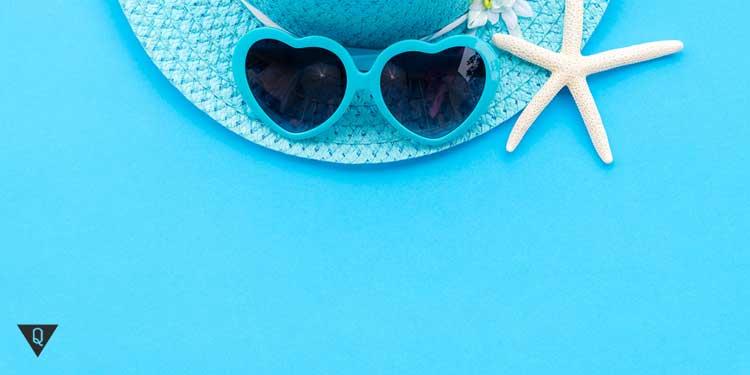 Шляпа и очки в голубых тонах
