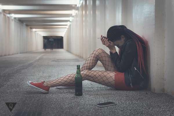 Одинокая девушка в подземном переходе с алкоголем и сигаретой