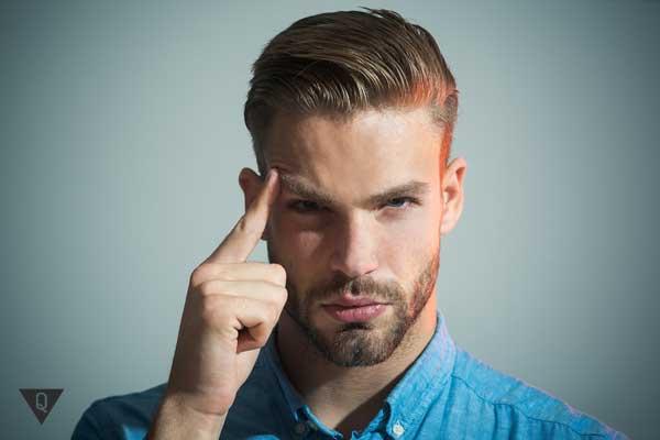 Мужчина с указательным пальцем у головы, как символ того, что он умеет нестандартно мыслить