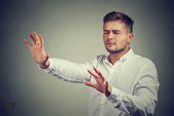 Человек протянул руки вперёд, полагаясь на свою интуицию