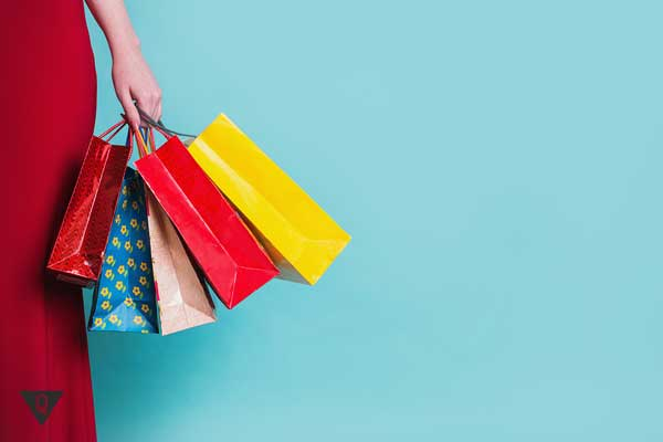 Пакеты с покупками в руках у девушки