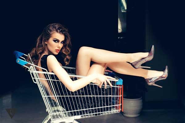 Девушка в корзине для покупок