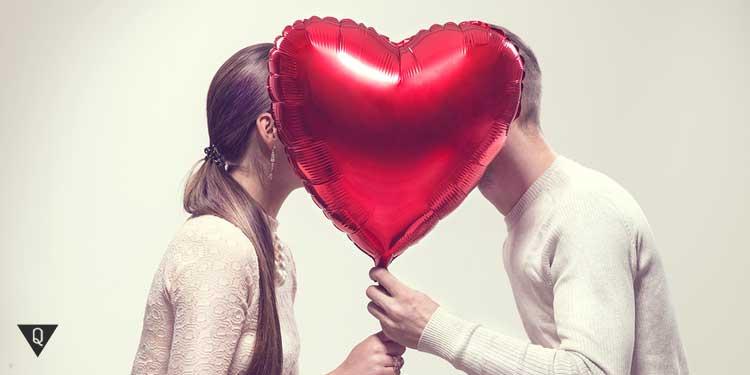 Парень и девушка, а между ними шар в форме сердца