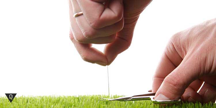 Педантичный мужчина стрижет газон
