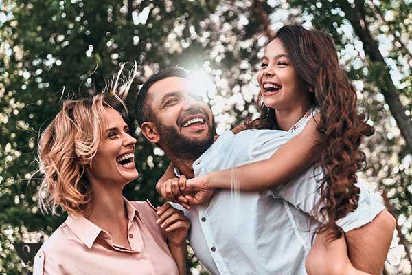 Счастливая семья на природе