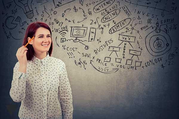 Умная девушка стоит на фоне доски с формулами