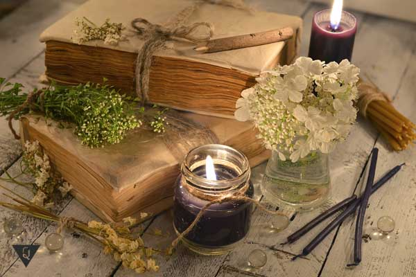 Книги, свечи, как символ эзотерики