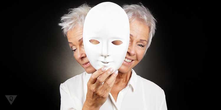 Женщина скрывает истинное лицо за маской. Как символ использования метода индивидуального профилирования.
