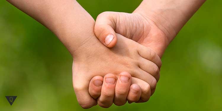 Друзья держатся за руки