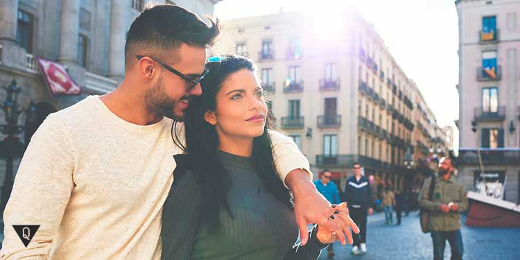 Влюбленная пара гуляют по городу