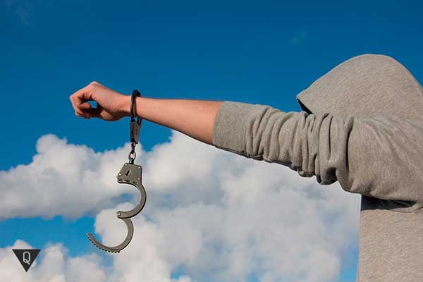 парень с наручниками на одной руке