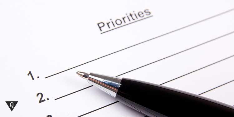 ручка на фоне листа с надписью приоритеты