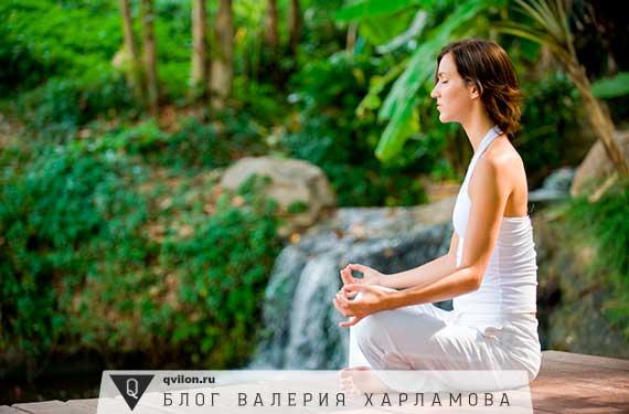 девушка медитирует в лесу у воды