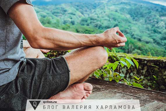 мужчина медитирует