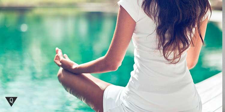 девушка медитирует у воды
