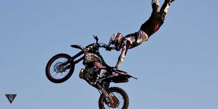 акробат на мотоцикле