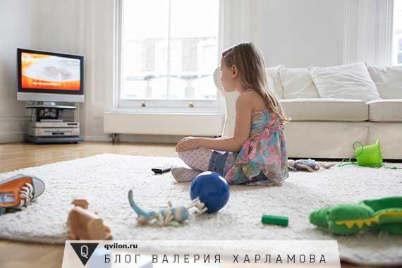 девочка смотрит телевизор