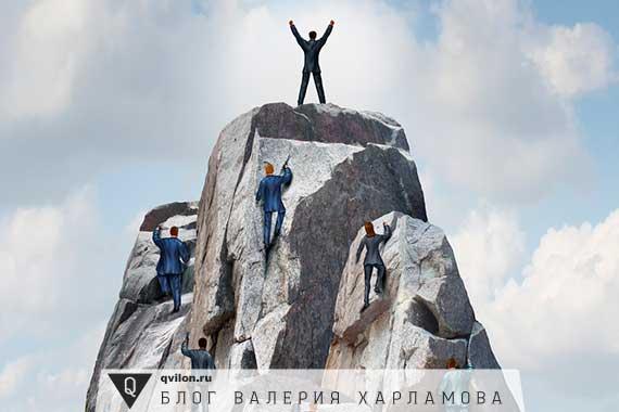люди карабкаются в гору