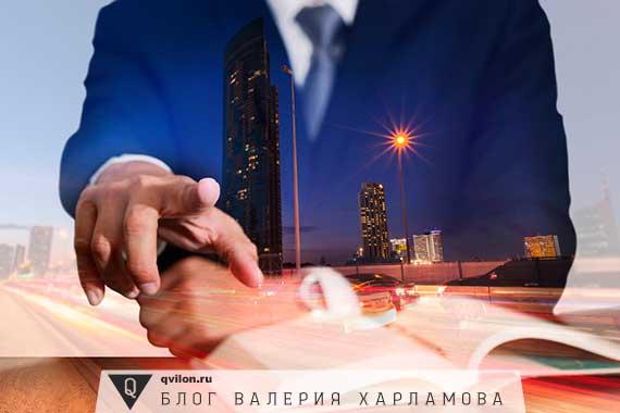 полупрозрачный мужчина на фоне города и книги