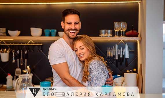 парень с девушкой улыбаются