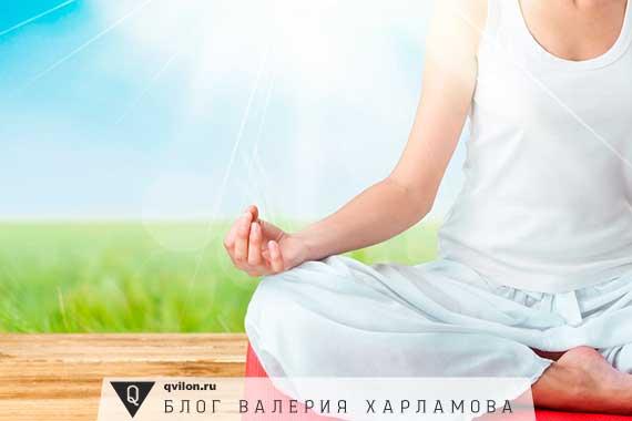 женщина в белом медитирует
