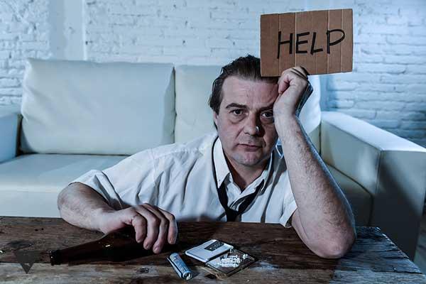 мужчина алкоголик просит помощи