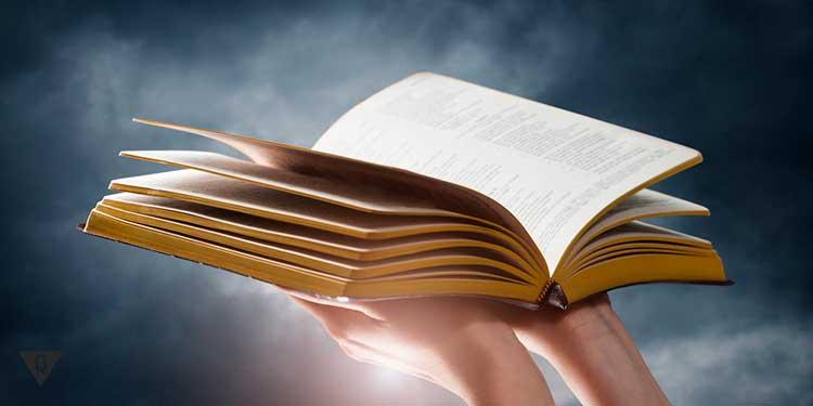 человек держит открытую книгу