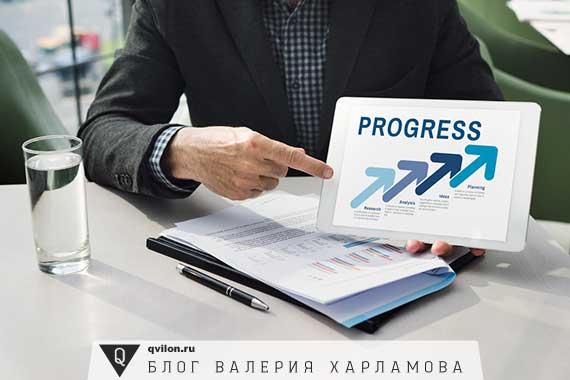 человек держит надпись прогресс