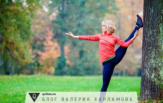 девушка занимается спортом в лесу