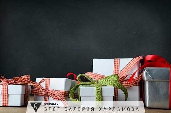 много упакованных подарков