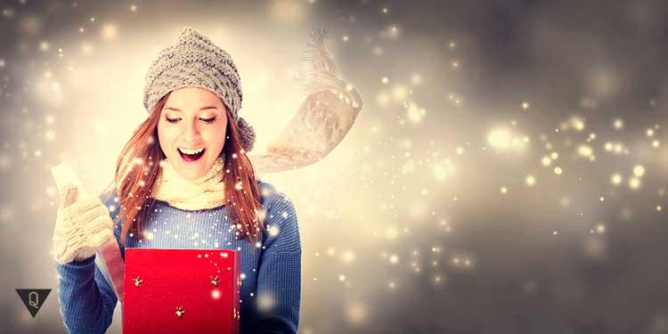 девушка радуется новогоднему подарку