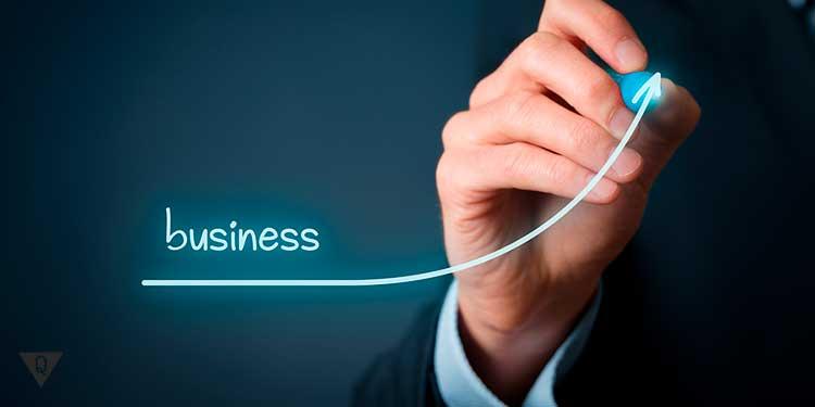 бизнес растет по графику который рисует рука