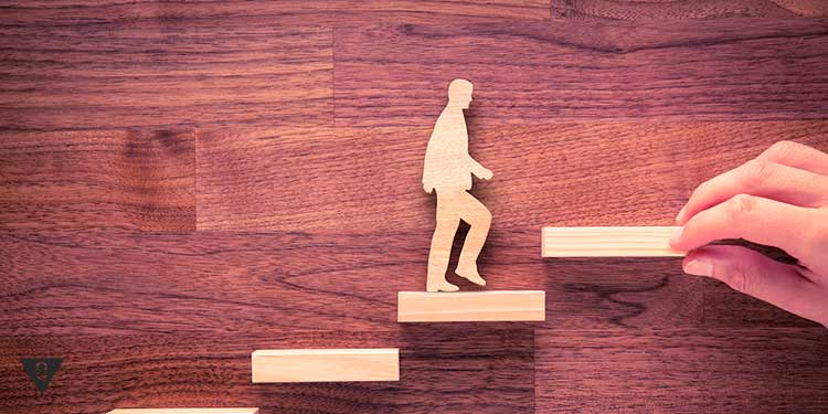 деревянный человечек шагает по ступенькам