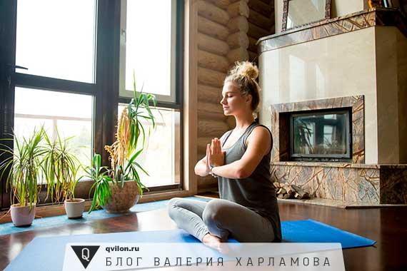 девушка медитирует дома