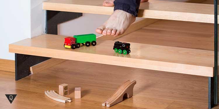 человек наступает на детские игрушки