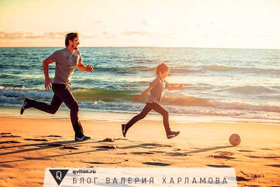 отец играет с сыном в футболл
