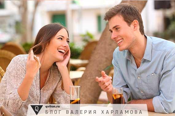 пара обедает в летнем кафе
